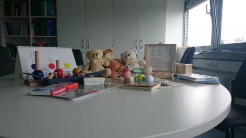 Der Raum in der Uniklinik Köln mit den Testmaterialien auf dem Tisch